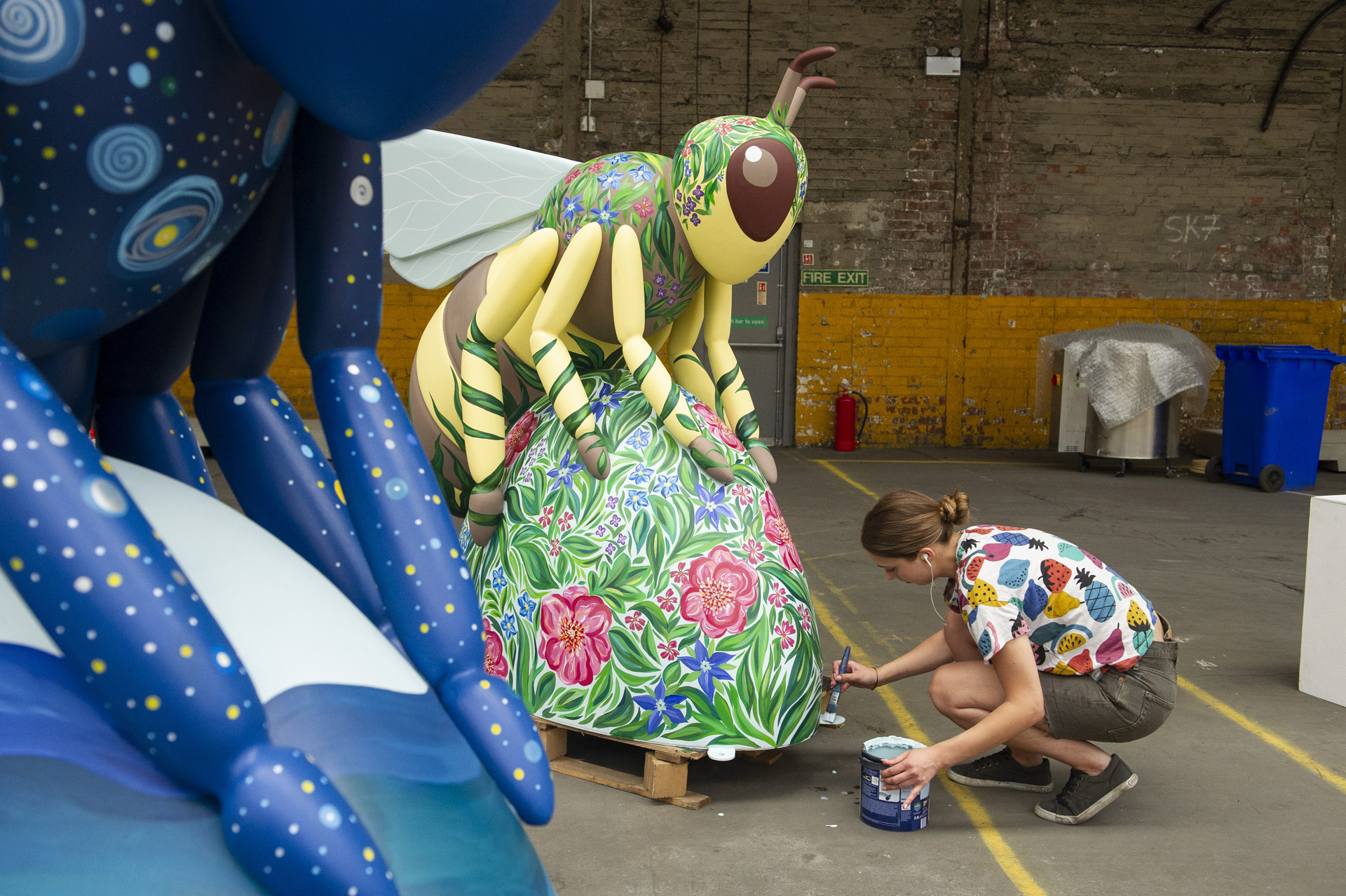 Lizzie Chapman decorating her botanical bee